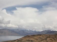 Vue sur un lac et les montagnes