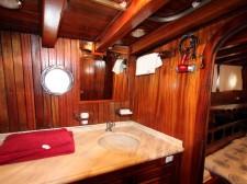 Une cabine et sa salle de bain du caïque Santa Barbara