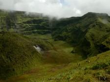 Cratère du volcan de la Soufrière sur l'île de Saint-Vincent