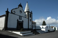 Une église noire et blanche typique, sur la côte nord