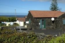 Maison en pierre volcanique noire, non peinte, sur la côte nord