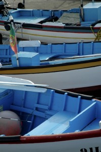 Les bateaux de pêche colorés typiques de l'île