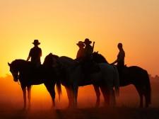 Cavaliers au coucher du soleil