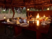 Table dressée pour le repas lors d'un campement au Botswana
