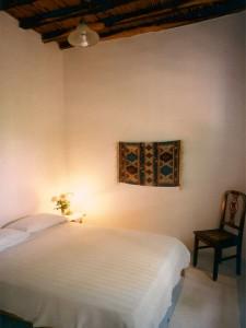 Une chambre à grand lit