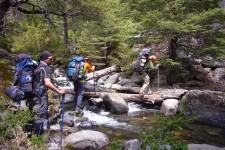 Traversée de rivière dans les vegas de Los Troncos Vilches (Chili)