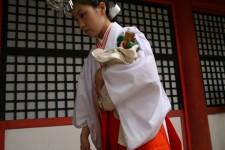 Une femme en kimono traditionnel