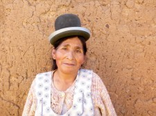 Portrait d'une cholita au chapeau melon caractéristique