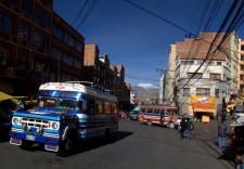 Une rue de La Paz avec un bus si typique