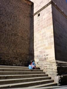 """Extension Villes coloniales– Une """"cholita"""" sur les marches d'une église de Potosi"""
