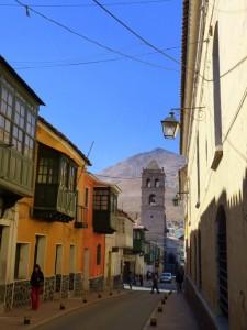 Extension Villes coloniales– La même rue en sens inverse, avec le Cerro Rico en arrière-plan