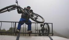 Déchargement des vélos pour le départ