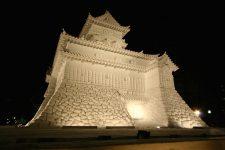 Réplique d'un château traditionnel japonais construite en neige et exposée dans la rue lors du festival de la neige, Sapporo