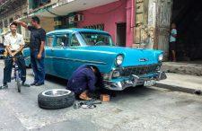 Une Chevrolet 210 de 1956 en cours de réparation