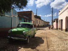 Une voiture des années '50 dans une rue de Trinidad