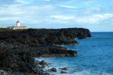 Le phare de Ponta da Ilha sur des falaises de lave noire, à la pointe est de Pico