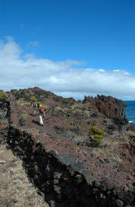 En balade sur la roche volcanique noire