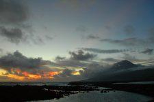 Coucher de soleil depuis le port de Lajes