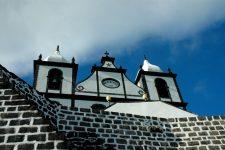 L'église São Sebastião de Calheta de Nesquim, typiquement noire et blanche