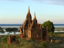 Un temple à Bagan le long de la rivière Irrawaddy