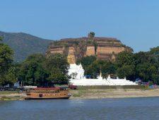 La pagode Hsinbyume (Myatheindan) devant le temple inachevé Mingun près de Mandalay