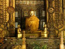 Le Bouddha doré du monastère Shwenandaw à Mandalay