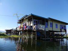 Une maison sur pilotis du lac Inle
