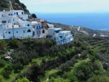 Le village de Kardiani accroché aux terrasses