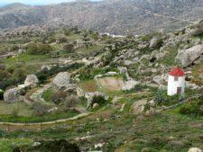 Le paysage chaotique parsemé de blocs erratiques de Volax