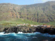 Un village coincé entre deux falaises
