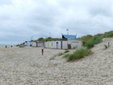 Cabanes de plage colorées près du phare de Texel