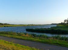 Un canal s'élargit en étang