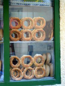 Des koulouria, pains au sésame typiques