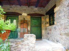Entrées de deux chambres à l'éco-guesthouse
